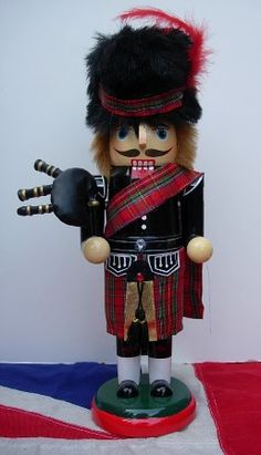 SCOTLAND HIGHLANDER PIPER NUTCRACKER