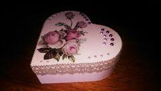 Sieradendoosje bewerkt met gesso roze decoverf van action daarna servet decoupage en afgewerkt met plakkertjes en band