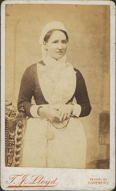 Servant girl c She looks like she could be the kind hearted bakery lady. Victorian Aprons, Victorian Parlor, Victorian Men, Edwardian Era, Victorian History, Vintage Photographs, Vintage Photos, Victoria Reign, Queen Victoria