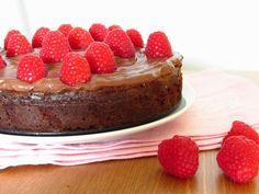 brownie-kuchen mit schoko-frosting und himbeeren