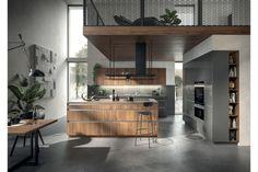 Tischlerei Bauer zeigt eine raffinierte Inselküche in Holzoptik von Häcker Küchen, platziert unter einer Galerie. Tischlerei Bauer zeigt Häcker Küchen | www.tischlerei-bauer.at