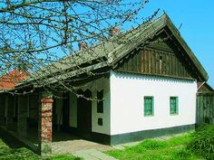 """A régi házak ajtaja köztudottan nagyon alacsony volt, aki belépett rajta, mindenképpen fejet hajtott és levette a kalapját. A ház másik neve egyébként a """"hajlék"""", amelyben egyértelműen megmaradt a meghajlásra, tiszteletadásra való utalás.  Magyar házak mágikus titkai Luxury House Plans, European House, Hungary, Feng Shui, 1, Farmhouse, Cottage, Outdoor Structures, House Design"""