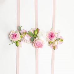 Les bracelets des demoiselles pour le mariage du week-end dernier. A touch of pink !  .  .  #accessoirefleuri #mariage #fleurs #wedding #fleuriste #fleuristemariage #temoin #demoiselledhonneur