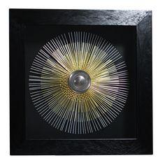 Rádi byste oživili prostor něčím výrazným, ale na obraz si netroufáte? Toto kovové slunce zastoupí jeho roli. Díky rozměrům 90x90 cm bude nepřehlédnutelné a v interiéru bude působit opravdu jedinečnou energií. Jeden z nejstarších a nejpoužívanějších symbolů Západní civilizace v kovovém provedení vypadá fantasticky.