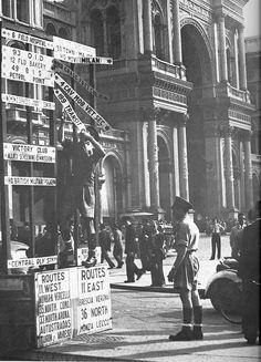 Milano 1946. Cessa il controllo alleato. La Military Police inglese stacca i cartelli indicatori in Piazza Duomo
