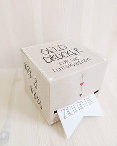 """Pastell-Grün on Instagram: """"Ein Geld Drucker für die Flitterwochen. Ich finde es großartig Geschenke selbst zu basteln, allerdings muss ich zugeben das es mir bei dem…"""" Container, Presents, Instagram, Blog, Gifts, Gift Ideas, Honeymoon Pictures, Ideas For Gifts, Gift Wedding"""