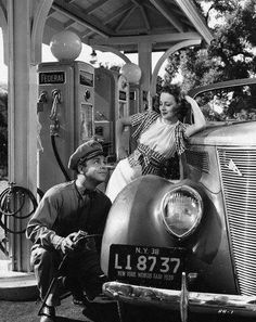 Hey Fill the Tank! 28 Interesting Vintage Photos Show People Filling Gas Into T - People Photos - Ideas of People Photos - Hey Fill the Tank! 28 Interesting Vintage Photos Show People Filling Gas Into Their Cars vintage everyday Old Gas Pumps, Vintage Gas Pumps, Photo Vintage, Vintage Cars, Vintage Stuff, George Peppard, Pompe A Essence, Gas Service, Customer Service