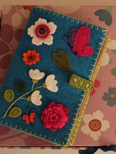 The second example of a simple needlecase (nålbrev). Felt Diy, Handmade Felt, Felt Crafts, Fabric Crafts, Sewing Crafts, Felt Embroidery, Embroidery Patterns, Tatting Patterns, Needle Book