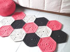 Tapete feito com motivo hexagonal em #croche             ♪ ♪    ... #inspiration_diy GB   http://www.pinterest.com/gigibrazil/boards/