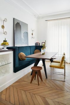 An inspired dining nook. Perfect spot for Sunday brunch with family and friends. Happy Sunday everyone! Coin Banquette, Banquette Seating In Kitchen, Dining Room Bench, Kitchen Benches, Dining Nook, Dining Room Design, Dining Room Inspiration, Deco Design, Home Interior Design
