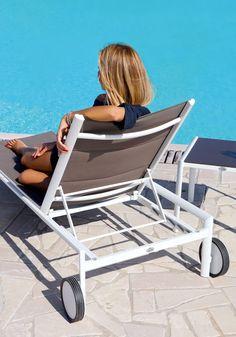 Lettini bordo piscina reclinabili e tavolini