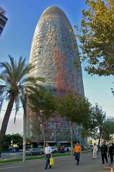 Torre Agbar, één van de moderne iconen van Barcelona http://bezoekbarcelona.blogspot.com/2010/05/torre-agbar.html
