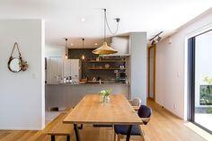 """[photo_simple photo_id=""""1329605"""" class=""""one-column img-center""""]RoomClipユーザーの素敵なキッチンを紹介する「憧れのキッチン」連載。 スタイリッシュな作りのお部屋に、みずみずしい植物たちとこだわりの小物雑貨で潤いと遊び心をプラス♪さりげないディスプレイも、その見事なバランス感覚で見る者を虜にするtSaさん。今回は、そんなtSaさんのキッチンをご紹介します。 Interiors Dream, Interior Design, House Interior, Dream Decor, House, Interior, House Layouts, Muji Home, Home Decor"""