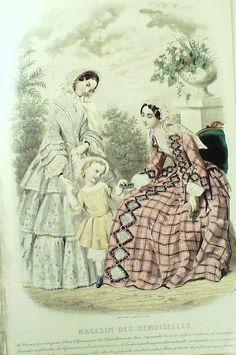 Juli 1853  ++++++++++  GRAVURE de MODE AUTHENTIQUE-X184-MAGASIN DEMOISELLES-ROBES FANTAISIE-1853