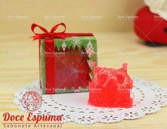 Lindo sabonete em formato de casinha de Natal Acompanha caixa de acetato com Tema Natalino. Pode ser produzido em outras cores. Sabonete Natal