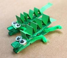 Animal crafts are a fun way to do some craft activities for kids. Try these peg crocodiles and make a whole float of them. Ocean Animal Crafts, Animal Crafts For Kids, Toddler Crafts, Art For Kids, Jungle Crafts Kids, Back To School Crafts For Kids, Art Crocodile, Reptile Crafts, Craft Eyes