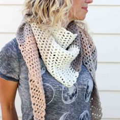 This modern triangle scarf is easy to whip up for a cool fall day using only one skein of Caron Cakes. Click for the free pattern! Crochet Scarf Easy, Crochet Infinity Scarf Free Pattern, Crochet Triangle Scarf, Crochet Scarfs, One Skein Crochet, Crochet Shawl, Knitted Scarves, Caron Cake Crochet Patterns, Caron Cakes Crochet