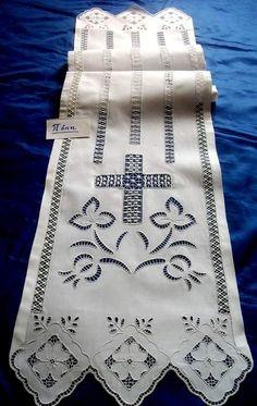 Προσκυνητάρι κεντημένο σε ποδοκίνητη ραπτομηχανή με αζούρ και κοφτές γλώσσες. Δια χειρός Πόπης Χατζόγλου. Altar Cloth, Drawn Thread, Cut Work, Arte Popular, Crochet Lace, Needlework, Diy And Crafts, Quilts, Embroidery