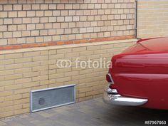 Backsteinfassade in Beige mit rotem Mercedes W 111 Coupé der Sechzigerjahre in Wettenberg Krofdorf-Gleiberg