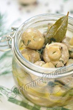 Рецепт: Маринованные шампиньоны (быстрый способ) Состав шампиньоны или вешенки - 300 г, белый винный уксус - 2 столовых ложки, растительное масло - 2-3 столовых ложки, душистый перец - 5-7 горошин, гвоздика - 3-4 зонтика, лавровый лист - 2-3 шт, сахар - 1/4-1/2 чайной ложки (по вкусу), чеснок - 1-2 зубчика, зелень укропа, петрушки или кинзы, соль, свежемолотый перец Готовые грибы остудить, затем охладить в холодильнике.
