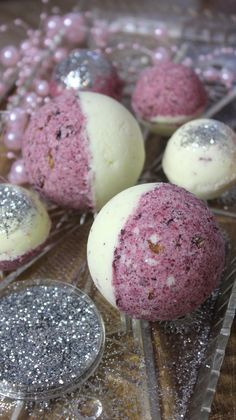 Da sie im Handel, … Bath bombs or bath balls are a great gift idea. Since they are not cheap in trade, for example at Lush, we just make them ourselves … Diy Gifts, Great Gifts, Lush Christmas, Galaxy Bath Bombs, Galaxy Makeup, Diy Hanging Shelves, Nails Polish, Lush Bath Bombs, Healthy Snacks For Adults