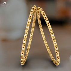 A true and caring relation doesn't have to speak loud. Plain Gold Bangles, Gold Bangles Design, Silver Bangles, Jewelry Design, Silver Rings, Gold Rings Jewelry, Royal Jewelry, Crystal Jewelry, Jewellery Box