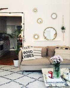 Nu har jag gjort om lite hemma igen och jag älskar min nya spegelvägg oavnför soffan. Väligt mysigt blev det tycker jag. Men jag är inte helt klar. Jag tror jag ska ösa på lite fler speglar när jag…