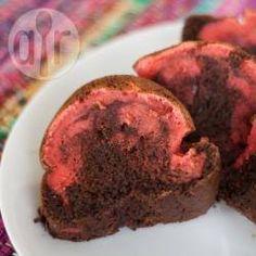 Bolo mármore de chocolate e morango @ allrecipes.com.br - Bolo de chocolate de liquidificador com gelatina de morango dando um efeito marmorizado. Faça em casa que as crianças vão adorar!