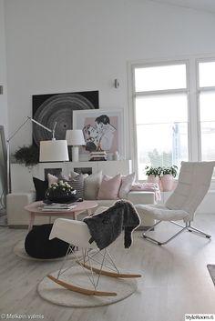 pelkistetty,mustavalkoinen,vaaleanpunainen,taulut,viherkasvit,olohuone,pastellivärit,keinutuoli,olohuoneen sisustus