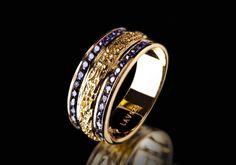 Dieser raffinierte Ring überzeugt mit einer angesagten Kombination heller Saphir Steinchen und plattiertem Gold. Dieser Kontrast verleiht dem handgemachten Ring eine edle Optik. Diese Kreation ist ideal für den Übergang vom Büro ins Nachtleben.  925er Sterling Silber 750er Gelbgold (18K) Vergoldung Sapphire Zirkonia