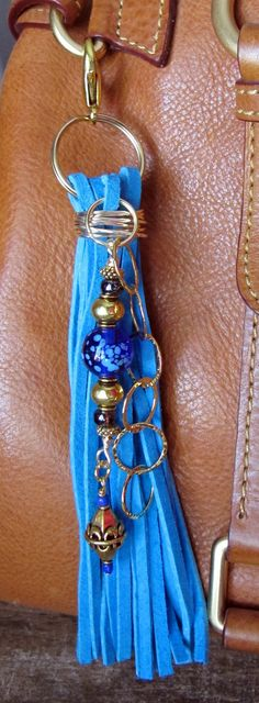 Charme de sac à main, Pompon, fermeture à glissière de tirer, porte-clés - Chunky daim Turquoise, bleu Cobalt et perles en verre couleur ambre or tonique Gypsy Boho
