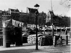 De Leuvehaven in 1937. Op de voorgrond zien we een urinoir. De fotograaf is Jan Retel en de foto komt uit het Stadsarchief Rotterdam.