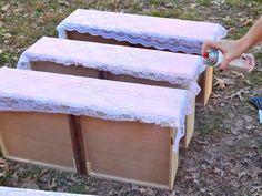 Sie stell die Schubladen in einer Reihe im Vorgarten auf - Der Grund ist die beste Idee seit langem. | LikeMag