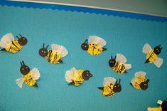 papier biene angeklebt an der wand im kindergarten