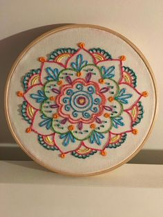 crewel embroidery how to Floral Embroidery Patterns, Hand Embroidery Videos, Mexican Embroidery, Hand Embroidery Flowers, Hand Embroidery Stitches, Embroidery Hoop Art, Crewel Embroidery, Vintage Embroidery, Cross Stitch Embroidery