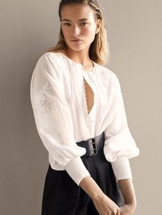 Elegant women's shirts & blouses this Spring/Summer 2020 at Massimo Dutti. Cotton Blouses, Shirt Blouses, Women's Shirts, Blusas Oversized, Patron Vintage, White Shirts, White Fashion, Fashion Outfits, Womens Fashion