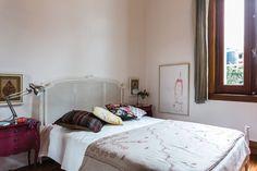 La transformación de un depto en el Microcentro  La cama del dormitorio principal es una cama francesa con esterilla en el cabezal. El pie es otra compra que hizo Gloria en la India. Las mesas de luz, heredadas, fueron pintadas de color guinda y quedaron como nuevas.  /Daniel Karp