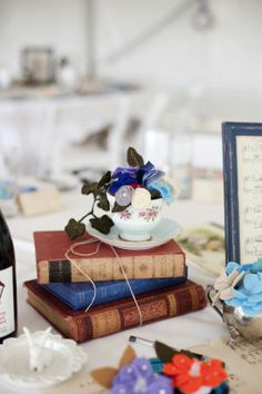 If you are booklovers, if you are having a book-themed wedding or just like books and want to incorporate them into your wedding, book wedding centerpieces . Vintage Book Centerpiece, Book Wedding Centerpieces, Simple Centerpieces, Teacup Centerpieces, Centrepiece Ideas, Reception Decorations, Wedding Book, Wedding Table, Diy Wedding