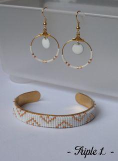 ~ DESCRIPTIF ~ Ce bracelet manchette LOICIA est composé dun tissage fait main avec des perles de verre Miyuki et dune manchette en laiton. Couleurs des perles : blanc - doré. Dimensions : 1 cm de large. ~ MATERIEL UTILISE ~ - Perles de verre japonaises Miyuki - Manchette en laiton brut  ~ ENVOI ~ Les bijoux sont envoyés en courrier suivi dans une enveloppe en papier bulle et soigneusement emballés.  ~ PRECAUTIONS DUSAGE ~ Ce bijou est fait à la main et avec soin. Il nécessite beaucoup…