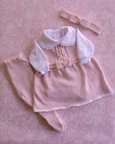 Conjunto vestido para saída de maternidade composto por vestido com peito em ponto smock e pérolas aplicadas uma a uma manualmente + calça em tricô e faixa para cabeça.