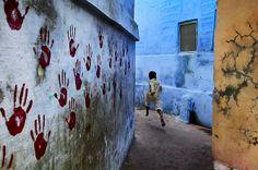 Steve McCurry, Boy in Mid-Flight, Jodhpur, India, 2007, C-type print on Fuji Crystal Archive paper