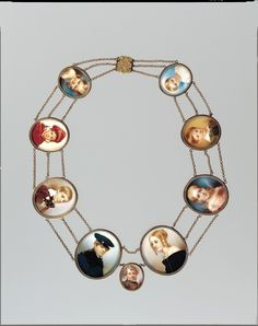 it's the whole family miniature portraits in a necklace (just in case you forget how they look like...)