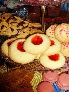 Spröda och goda glutenfria småkakor med sylt. Den här gången använde jag jordgubbssylt eftersom jag tyckte att det passade bra till midsomma...