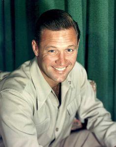 """William HOLDEN, de son vrai nom William Franklin BEEDLE Jr., est un acteur américain né le 17 avril 1918 à O'Fallon dans l'Illinois (États-Unis) et mort le 16 novembre 1981 à Santa Monica en Californie (États-Unis). Il fut l'une des plus grandes stars de Hollywood dans les années 50 et 60, alternant les rôles marquants dans des films devenus des classiques, parmi lesquels """"Boulevard du crépuscule"""", """"Stalag 17"""", """"Sabrina"""", """"Le Pont de la rivière Kwaï"""", """"Les Ponts de Tokori"""" ou """"La Horde…"""