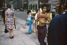 joel-meyerowitz-new-york-city-42nd-and-fifth-ave-1974-web.jpg (890×593)