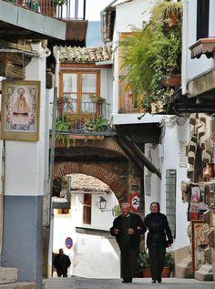 http://guias-viajar.com/ Puerta de Sevilla en la puebla de Guadalupe en Extremadura
