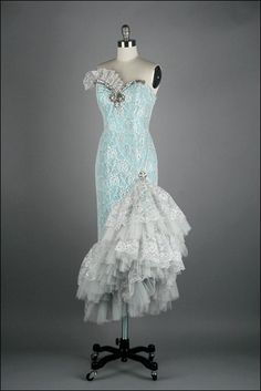 Beautiful vintage gown :) stunning...