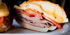 Sanduíche leva rosbife, três tipos de queijo, tomate e pepino em conserva;    Se você entra em uma l...