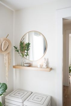 Create a functional entryway with minimal space: summer edition - Eingang Entryway Furniture, Entryway Decor, Bedroom Decor, Modern Entryway, Small Entrance, Decoration Entree, Minimal Bedroom, Entry Tables, Foyer Decorating