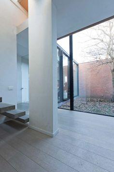 Zicht bij het binnenkomen van het huis via de inkomhal. Rechtstreeks zicht naar buiten. Grote verlichte ruimte. Alle ruimtes bevinden zich op de gelijkvloers: slaapkamers,badkamers,keuken en andere.